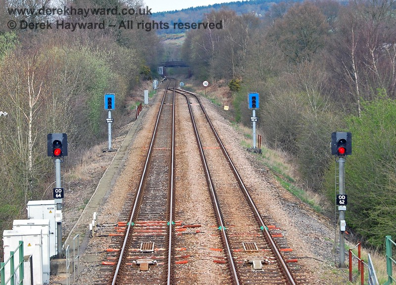Trains can go north from Crowborough Station from either platform.  This facility presumably caters for potential problems in the single line section south to Uckfield. The signals are arranged in a similar way to Hever station with blue SPAD (Signal Passed At Danger) warning signals beyond the main signal. If a train passes the main signal it should be brought to a halt, but the SPAD signals are also activated and show a steady red in the centre with flashing red lights above and below the steady red aspect. 10.04.2008