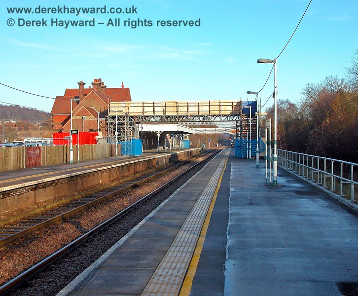 A later view from 2005 includes the tempoary footbridge. New Southern signs and colours are in evidence, and health and safety has prevailed - a fence has been installed to prevent passengers falling off the right hand side of the platform! 07.12.2005