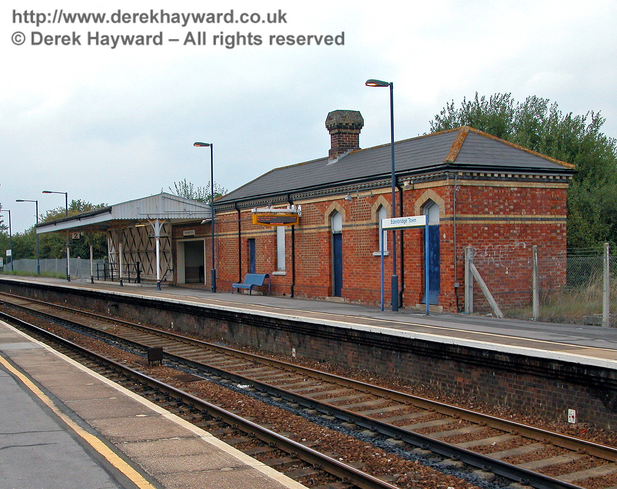 There is a rather smaller building on the southbound platform at Edenbridge Town, but unlike other stations the passengers do at least benefit from a canopy, which originally extended to the end of the brick building.  This view looks north from the northbound platform. 18.09.2003