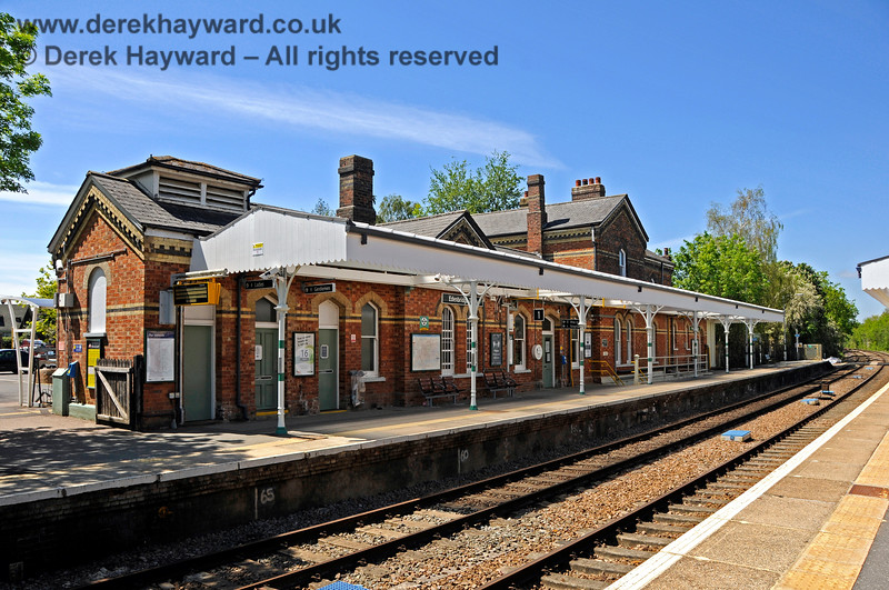 """The northbound platform at Edenbridge Town station, looking north in 2021.  The platform has retained it's canopy which has been nicely refurbished in """"Southern"""" colours.  The """"out of hours"""" exit gate from the station is on the extreme left.  30.05.2021 20744"""