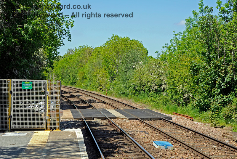The northern end of Edenbridge Town station, with an engineers access to the track just beyond the the end of the platform.  As is now common the end of the platform is gated and there is the usual notice from the Samaritans. 30.05.2021 20738