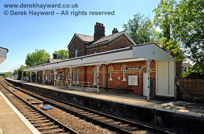 """The northbound platform at Edenbridge Town station, looking south in 2021.  The platform has retained it's canopy which has been nicely refurbished in """"Southern"""" colours.  The brickwork has also been cleaned but the work did not extend to the station house and booking hall.  30.05.2021 20742"""