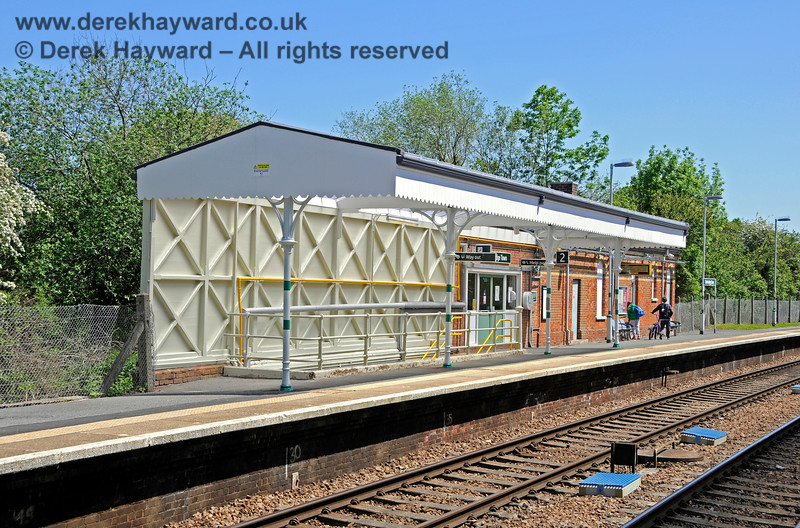 """The southbound platform at Edenbridge Town station, looking south.  The remaining canopy has been nicely refurbished and is in """"Southern"""" colours.  30.05.2021 20739"""