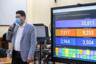 """2021 оны хоёрдугаар сарын 12.  Монгол Улсын Ерөнхий сайд Л.Оюун-Эрдэнэ ЭМЯ-нд ажиллаж байна.     Хөл хорио тогтоосноос хойших хоёр хоногийн хугацаанд нийслэлийн хэмжээнд 79 мянган хүнээс шинжилгээ аваад байна. Энэ талаар Эрүүл мэндийн сайд С.Энхболд мэдээлэл өглөө. """"Нэг хаалга-нэг шинжилгээнд хамрагдсан хоёр хүнээс коронавирусийн халдвар илэрсэн. Тандалт хийсэн. Нэг хаалга-нэг шинжилгээний ач холбогдол энэ шүү дээ. Нууц үеийг илрүүлэх, голомтыг хумих юм"""" гэлээ. ГЭРЭЛ ЗУРГИЙГ Б.БЯМБА-ОЧИР/MPA"""