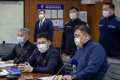 """2021 оны хоёрдугаар сарын 12.  Монгол Улсын Ерөнхий сайд Л.Оюун-Эрдэнэ ЦЕГ-т ажиллаж байна.    Тэрбээр """"Энэ удаагийн хөл хорио юугаараа онцлог вэ гэдгийг цагдаагийн албан хаагч нарт сайн тайлбарлах хэрэгтэй. Энэ удаагийн хөл хориогоор нэг өрхөөс нэг шинжилгээ буюу 410 өрхөөс шинжилгээ аваад хэрэв амжилттай болсон тохиолдолд Улаанбаатар хотыг ногоон бүс болгож нээх юм. Цагдаагийн албан хаагчид үүнийг ойлгохгүй энгийн хөл хорио гэж ойлгон үйл ойлголцол, бухимдал үүсч байж болзошгүй"""" гэж хэллээ. ГЭРЭЛ ЗУРГИЙГ Б.БЯМБА-ОЧИР/MPA"""