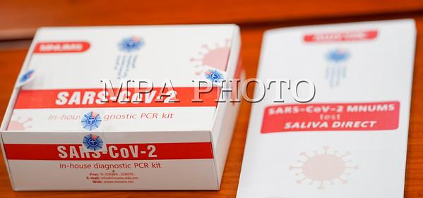 """2021 оны гуравдугаар сарын 4. Анагаахын Шинжлэх Ухааны Үндэсний Их сургуулийн эрдэмтэд """"Ковид-19"""" халдварыг шүлснээс илрүүлэх шинэ оношлуур бүтээж, хэрэглээнд нэвтрүүлэхэд бэлэн болжээ.  Эрдэмтдийн багийн төлөөллийг Монгол Улсын Шадар сайд, Улсын онцгой комиссын дарга С.Амарсайхан хүлээн авч уулзлаа.  Тус оношлуурын халдвар илрүүлэх мэдрэг болон өвөрмөц чанар нь туршилтаар 100 хувийн үзүүлэлттэй, шинжилгээний хариуг богино хугацаанд гаргах боломжтой.  Мөн сорьцыг 14 хоногийн хугацаанд хадгалах бөгөөд зардал нь 2-3 дахин хямд гэдгийг Эрдэмтдийн зөвлөлийн дарга, АШУҮИС-ийн захирал, доктор, профессор Н.Хүрэлбаатар танилцуулав.  Шадар сайд, Улсын онцгой комиссын дарга С.Амарсайхан оношлуурыг албан ёсоор баталгаажуулж, шинжилгээ авч байгаа бүх лабораторийг түшиглэн нэвтрүүлэх, ялангуяа сорьцын хариуг богино хугацаанд гаргахаа эрчимжүүлэхийг Эрүүл мэндийн сайдад даалгалаа гэж Шадар сайдын Ажлын албанаас мэдээллээ.  ГЭРЭЛ ЗУРГИЙГ Б.БЯМБА-ОЧИР/MPA"""