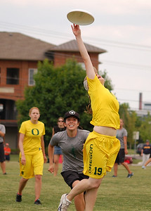 The Oregon player makes this catch.