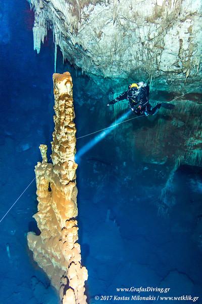 Ο μεγάλος σταλαγμίτης του σπηλαίου στο Αρκαδικό χωριό.