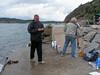 2008-06-15 18. Hällebäck. John 70. lagom till jordgubbarna vred vinden ytterligare, ökade samt fick vågorna att bryta mot betongkajen.