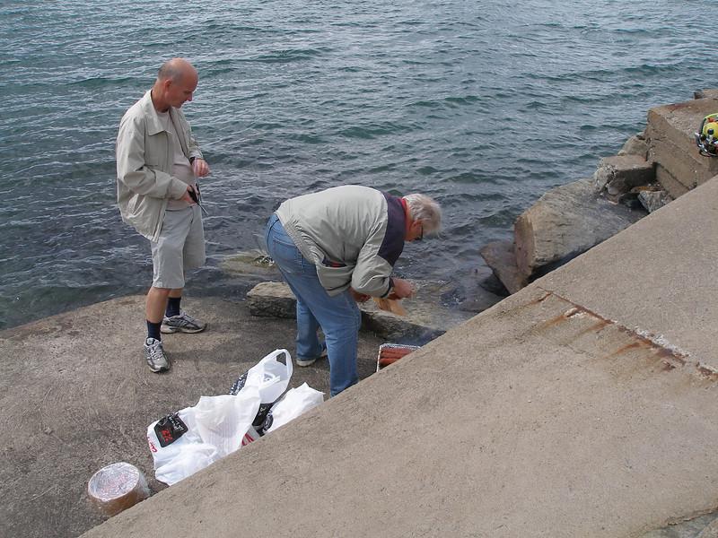 2008-06-15 01. Hällebäck. John 70. Efter dyket, dax för lunch! John övervakar starten.