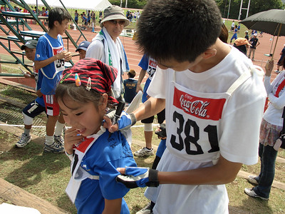 Hiroki signs a T-shirt after winning the 800.