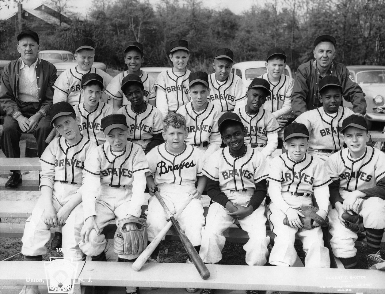 Elliott Maddox poses with his Little League team. Last row, second kid from the right.