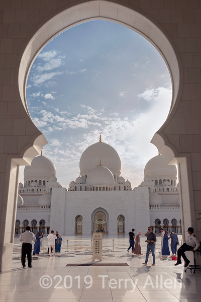 View into the courtyard, Sheikh Zayed Grand Mosque, Abu Dhabi, UAE
