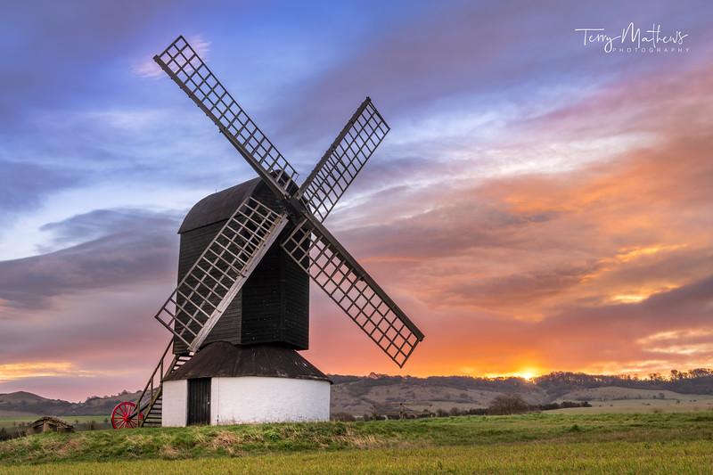 UK Weather: Beautiful dawn sky in Ivinghoe, Buckinghamshire.