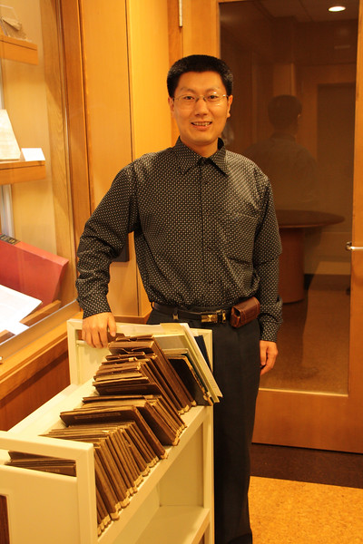 Shi Lei with the entire collection of Kaifeng books