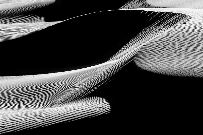 Death Valley, Mesquite Flat - Dune telephoto with strong curve, black and white