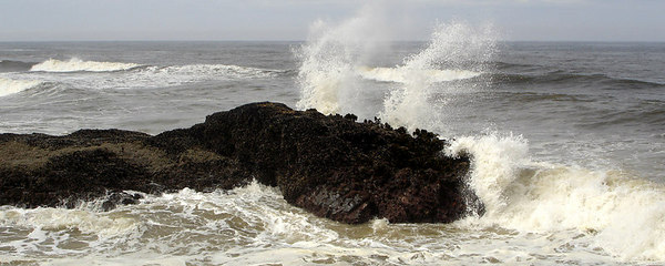 The waves breaking at Devil's Churn - Yachats, OR ... July 29, 2006 ... Photo by Rob Page III
