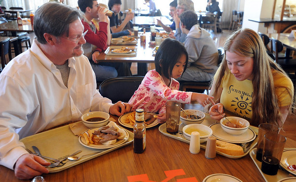 Scot Douglass, left, with daughter Thalia, 4, talks about their lunches with CU student Rianne Campbell.<br /> Scot Douglass is an  CU honors professor that teaches and lives at Andrews Hall on the CU campus.<br /> Cliff Grassmick / November 19, 2009