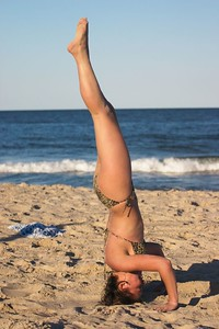Nadia headstand side lean