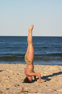 Nadia headstand side