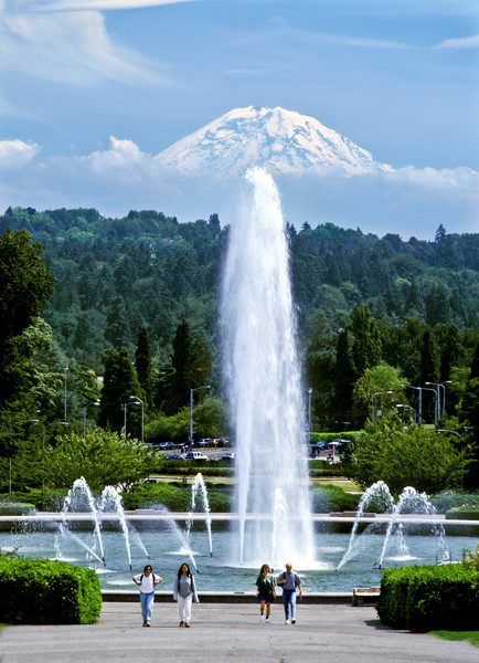 Drumheller Fountain and Mt Rainier on a warm day in June