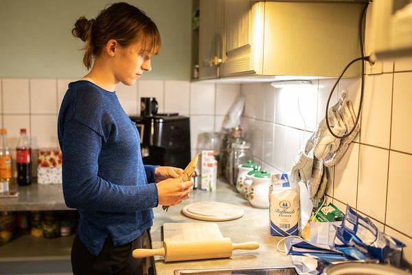 Lahnstein, Germany - 04.01.20; Backen und Spieleabend bei Alex.  In photo: Louisa POLTERSDORF  Photo by: Jan von Uxkull-Gyllenband