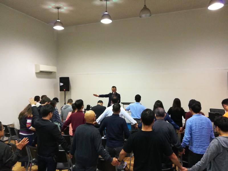 Kumamoto meeting - Pastor Yoji Nakamura praying