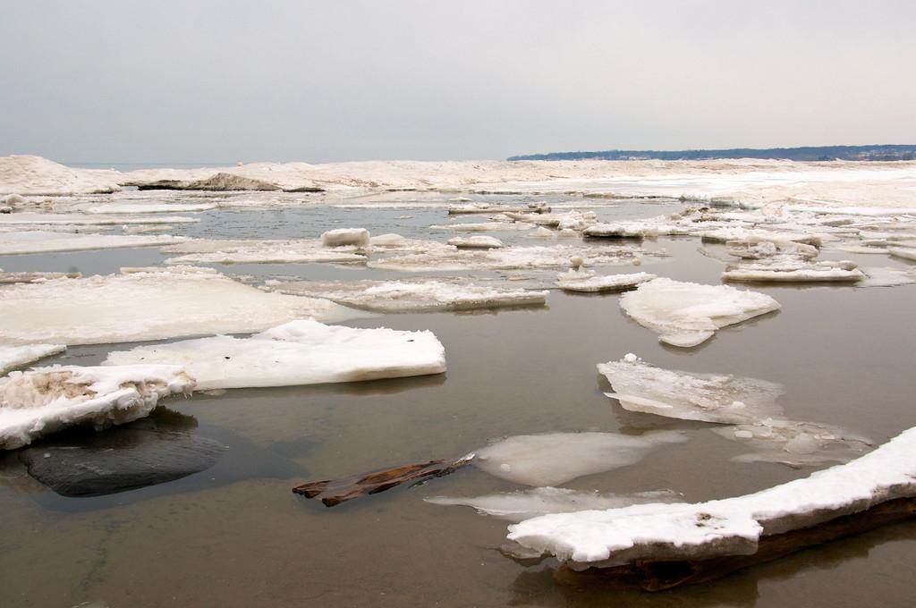 Icebergs along Durand Beach