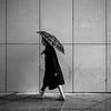Femme, parapluie et lignes