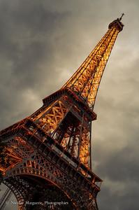 Aux Pieds de La Tour Eiffel