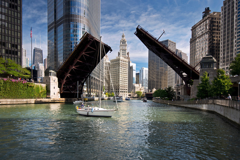CHI 032                       <br /> Bridge raising on the Chicago River to allow sailboats to move from their harbor on Lake Michigan to dry dock at the end of the boating season.