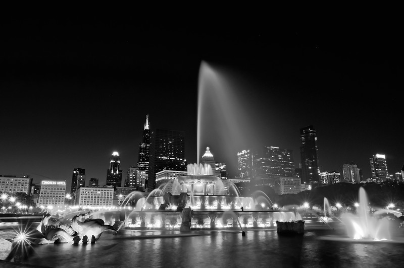 CHI 041<br /> Buckingham fountain lights up the night on a summer evening in the windy city of Chicago, Illinois.