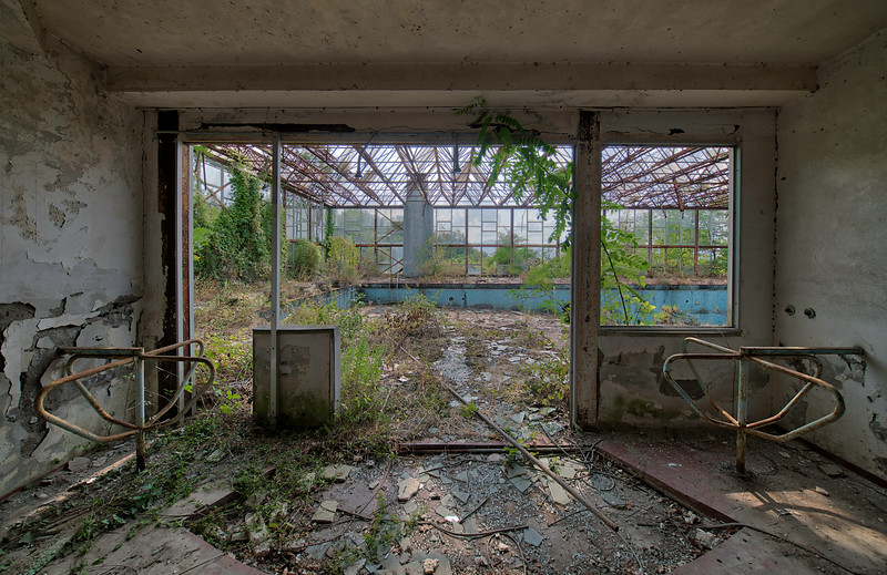 Dystopia - The old entry to this abandoned swimming pool. Here in the middle you can still see the shower heads for a quick rinse.