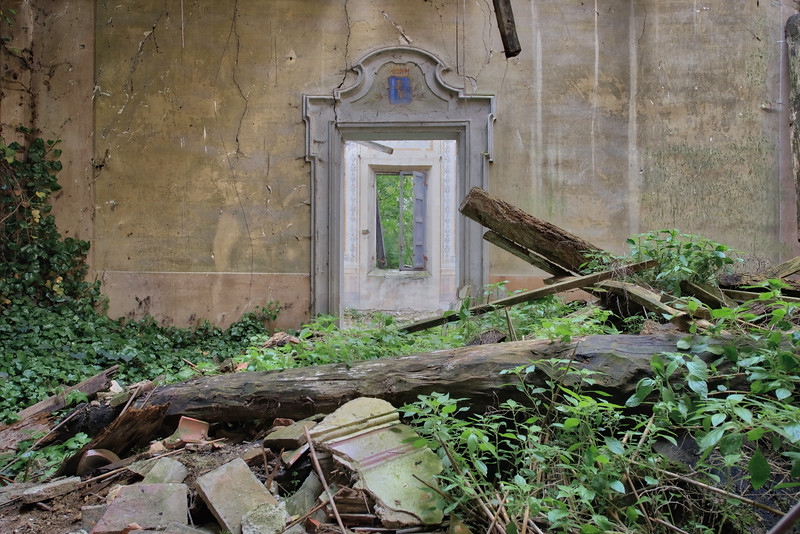 Portal - an abandoned villa on the verge of collapse