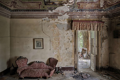 Divan - Fresco's on the ceiling and lovely furniture left behind in an abandoned villa
