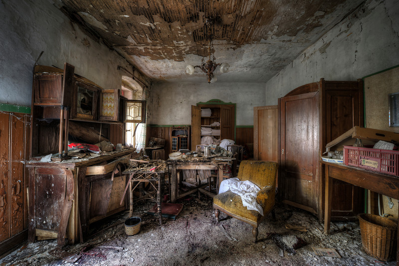 What a mess - I haven't got a clue what this old hotel room was meant for.  Too small for a diner and the lobby is somewhere else. So maybe just for the staff ?