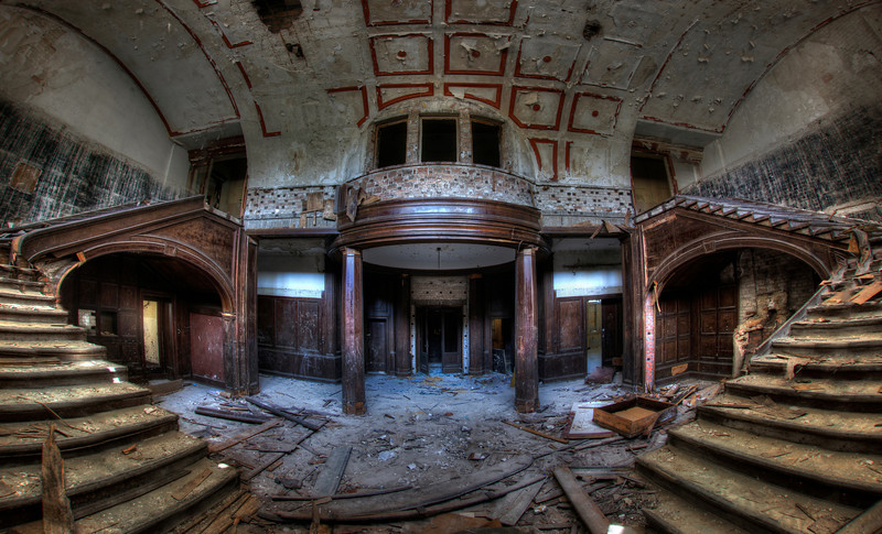 Forgotten Palace - This former palace is deteriorating at lightning speed