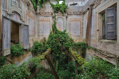 Floorless - Abandoned villa on the verge of collapse