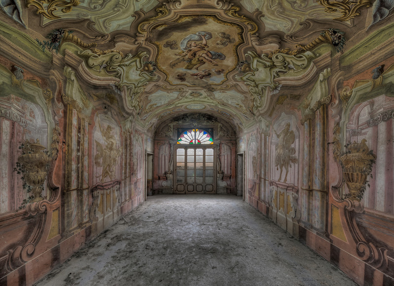 Less is more ? - Extreme paintjob inside an abandoned villa
