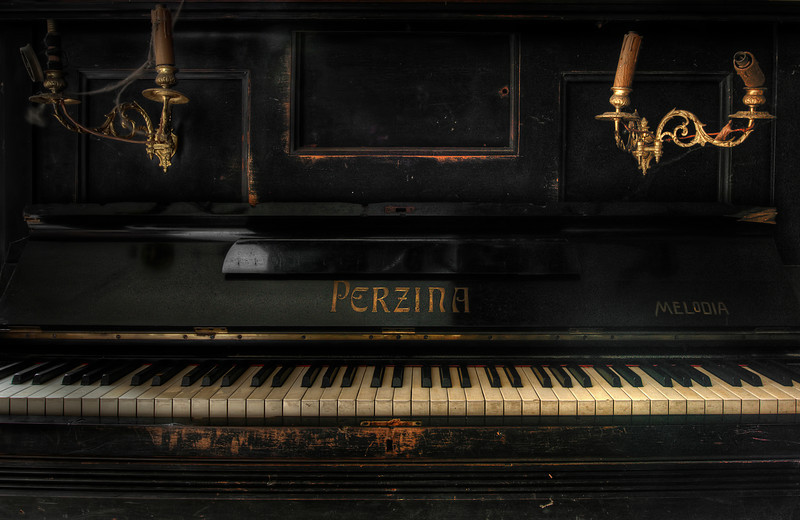 Ye Olde Keys - Vintage piano in an abandoned chateau