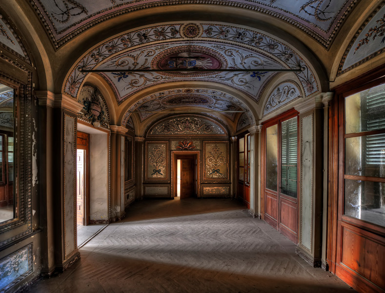 The Sapphire Room - Great decorated room inside this long abandoned villa
