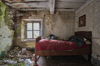 Red vs Green - Little bedroom in an abandoned farmhouse.