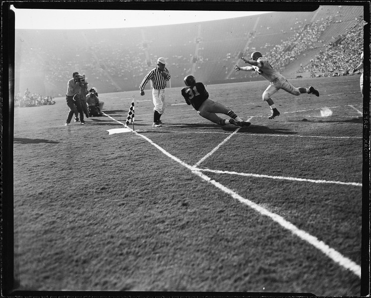 USC player diving to catch the ball in the game against Oregon State, 1951