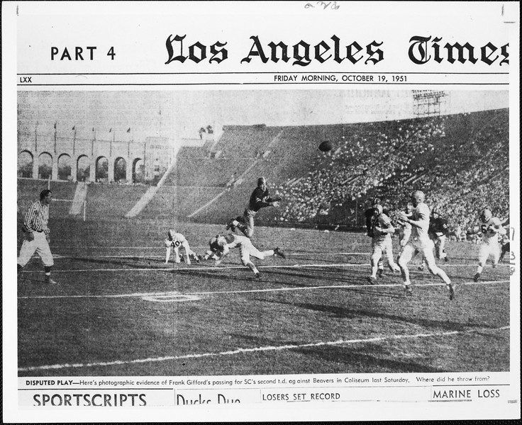 Los Angeles Times photograph of  Frank Glifford passing for the second touch down against Beavers in 1951, [s.d.]