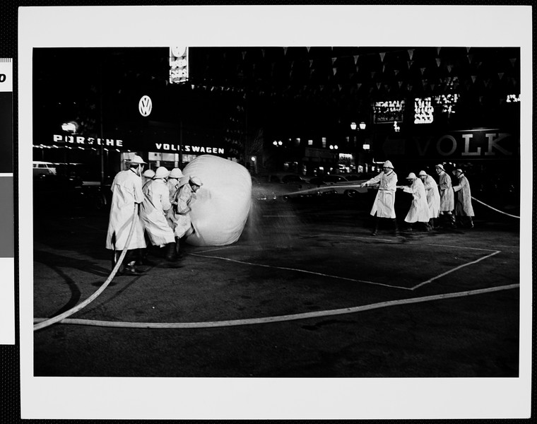 Two teams playing the fire-house-and-ball game [s.d.]
