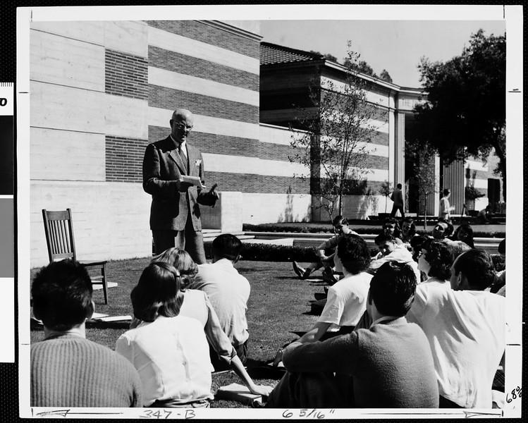 Outdoor class meeting, USC,  c.a. 1950