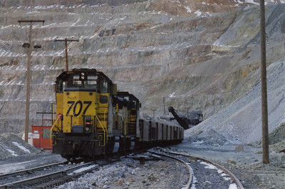 Last ore train being loaded, March 19, 2000.