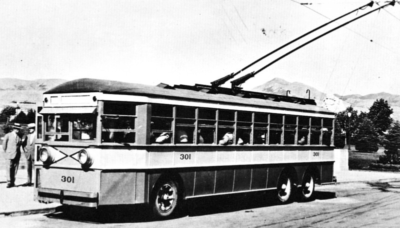Versare electric coach number 301 brought a new paint scheme as well as a new technology to Salt Lake City when going through its trials. The first model 3880 to arrive on August 10, 1928, 301 is shown here ten days later carrying city and state officials on a demonstration. (Westinghouse; mca_39-1_5b)