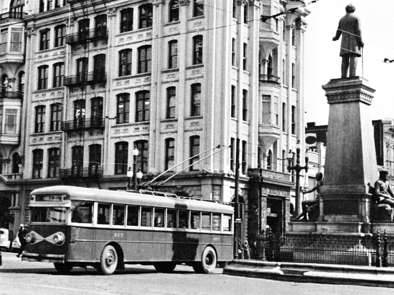 Cincinnati-built electric coach 317 was a model 4-E-430 and, like the Versares, seated 43. It shows off the simplified paint scheme of the 1930''s as it rolls through Temple Square. (Ohio Brass; mca_39-1_9a)