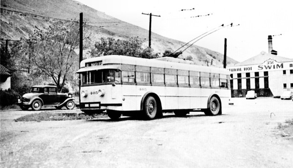Twin Coach 405 snapped at Wasatch Springs in May 1942 operating on the 21 line. (Robert A. Burrowes; mca_39-1_17)